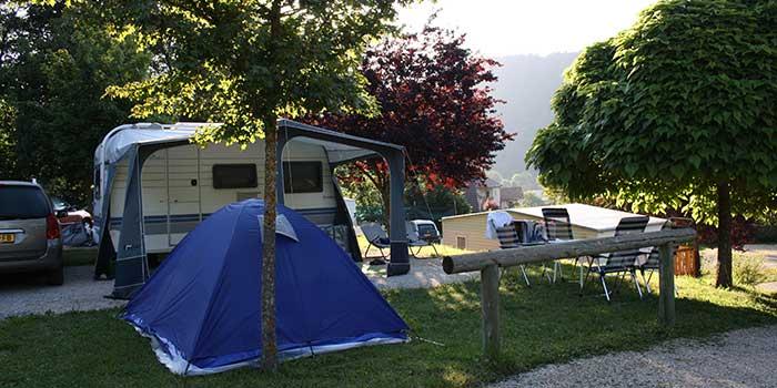 Emplacement tente à l'ombre du Camping les Portes de Trièves